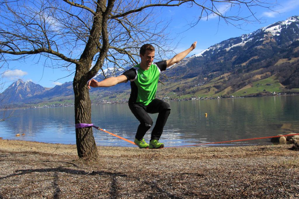 Die Slackline ist ein optimales Trainingsgerät und macht ganz viel Spass.